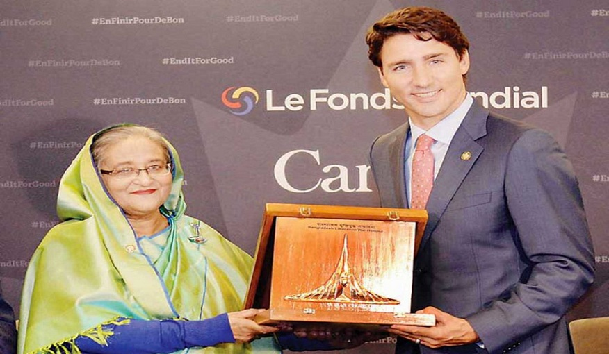 6_Honourable Prime Minister of Bangladesh, Her Excellency Sheikh Hasina, hands over the Liberation War Award to the Honourable Prime Minister of Canada, His Excellency Justin Trudeau  in Montreal on 17 Septe